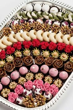 Photo Eid Sweets, Indian Sweets, Patisserie Fine, Tunisian Food, Food Decoration, Arabic Food, Mini Cakes, International Recipes, Food Presentation