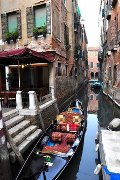 The history of the gondola in Venice, and Italy travel tips for how to get a Venetian gondola ride. #travelinitaly