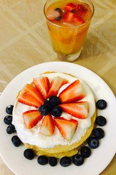 Pancake de avena y proteina... Yogurt, fresa, blueberries & jugo naranja