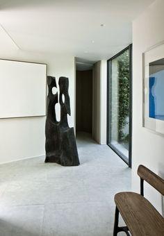 Située sur la côte d'azur, une superbe maison au style contemporain et où les plus beaux matériaux naturels sont associés... pierres, bois,...