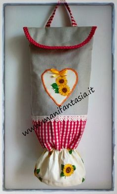 porta sacchetti di stoffa Sewing Aprons, Sewing Box, Washing Peg Bags, Sewing Crafts, Sewing Projects, Sewing Patterns, Crochet Patterns, Plastic Bag Holders, Sewing Rooms