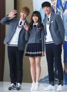ソウルタイムズスクエア(Seoul Times Square)で行われた、韓国放送公社(KBS)の新ドラマ「Who Are You-学校2015 후아유 - 학교 2015」の制作発表会に臨む、(左から)アイドルグループ「ビートゥービー」のソンジェ、女優のキム・ソヒョン、俳優のナム・ジュヒョク(2015年4月22日撮影)。(c)STARNEWS ▼3May2015AFP|新ドラマ「Who Are You」の制作発表会開催 ソウル http://www.afpbb.com/articles/-/3047320 #김소현 #金所炫 #Kim_So_hyun #비투비_성재 #BtoB_Sungjae #남주혁 #南柱赫 #Nam_Joo_hyuk