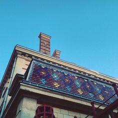 #paris17 #75017 #seemyparis #parisjetaime #lookinup #architecture #archilovers #tiles #tileaddiction #ihavethisthingwithtiles #pattern #bluesky #color #colour #pattern #details #vintage #roof #texture #relief #blue #building by rorozlibellule