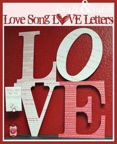 j'adore cette idée : pour recouvrir ces lettres, Erin a créé quatre papiers à partir de textes de chansons d'amour !... des papiers qui seront parfaits aussi pour vos pages, cartes et autres créas sur l'amour, le mariage... ou pour emballer un petit cadeau (avec la possibilité d'y découper boîte ou sachet avec un gabarit), ou... tout ce que vous voudrez : ils sont si jolis !... vous pouvez même simplement les encadrer... ou, pourquoi pas, créer un papier avec VOTRE chanson ?...