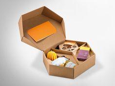 Geschenkset mit hochwertigen Bienenprodukten und Bienenhotel aus Wellpappe. #Dinkhauser #offset #packaging #wellpappe #nachhaltig #plasticfree #keinplastik #klimaneutral #recycling #verkaufsverpackung #verpackungsdesign#insektenhotel Recycling, Container, Book Binding, Insect Hotel, Packaging Design, Repurpose, Upcycle