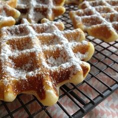 Waffles without egg - delicious! - Anne- # Anne Waffles without egg - delicious! Mini Hamburgers, Food Hunter, Crepes And Waffles, Pancakes, Vegan Sweets, Holiday Desserts, Love Food, Cupcake Cakes, Breakfast Recipes