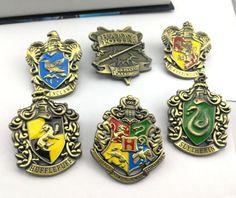 Pin Harry Potter Hogwarts + toate Casele  Pentru fanii Harry Potter, de toate varstele, va oferim spre analiza acest inedit cadou.  Pinul Harry Potter Hogwarts, este ceva ce nu trebuie sa lipseasca din colectia unui impatimit.  Realizat impecabil si avand dimensiunea de 42 mm, reprezinta un obiect de colectie sau un cadou ideal. Harry Potter Hogwarts, Cufflinks, Wedding Cufflinks