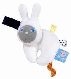 Snoozebaby knuffel Oxy uit de online shop van Babyaccessoires.eu, met de handige labeltjes die de tastzin en motoriek van je baby'tje helpen ontwikkelen.