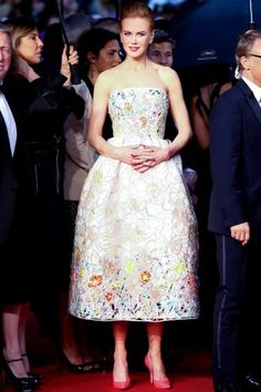 Cannes FF: Nicole Kidman, who seems to glow from within, despite the rain, in Christian Dior couture. Dresses 2013, Nice Dresses, Formal Dresses, Celebrity Red Carpet, Celebrity Style, Christian Dior Couture, Glamorous Dresses, Red Carpet Dresses, Red Carpet Looks