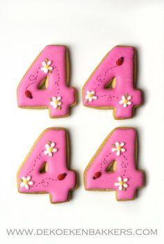 Pink cookies years old! Pink Cookies, Fancy Cookies, Cute Cookies, Royal Icing Cookies, Cookies And Cream, Sugar Cookies, Birthday Treats, Birthday Cookies, Monogram Cookies