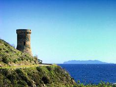Region du Capicorsu - Cagnano - La Tour de Losso (ou Tour de L'Osse) est une tour génoise ronde du xvie siècle, située sur le littoral à l'extrême sud-est de la commune. Elle était autrefois nommée Torre dell'Aquila (tour de l'aigle ou de l'acula di mare qui signifie balbuzard pêcheur en langue corse).