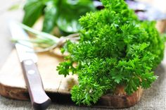 Remedies For Water Retention 54 Amazing Benefits Of Parsley (Ajmood) For Skin, Hair And Health - Parsley is probably one of the most under-appreciated vegetables we know. Here are all the benefits of parsley for skin, hair and health. Superfoods, Spirulina Platensis, Home Remedies, Natural Remedies, Herbed Potato Salad, Lemon Basil Chicken, How To Make Meatloaf, Water Retention Remedies, Frisk