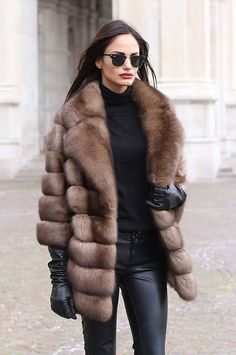 32 Simple Chic Fallwinter Fur Coats Ideas - Fashionable Best Picture For Fur Coat art For Your Taste Cozy Fashion, Fur Fashion, Fashion Outfits, Womens Fashion, Fashion Trends, Style Fashion, Petite Fashion, London Fashion, Stylish Outfits