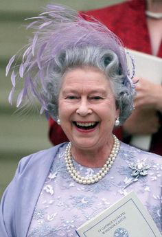 Queen Elizabeth II of England laughs as she leaves St. George's Chapel in Windsor castle after the wedding of Sophie Rhys-Jones and her son Prince Edward 19 June Buckingham Palace announced. Get premium, high resolution news photos at Getty Images Royal Wedding Outfits, Wedding Hats, Royal Weddings, Wedding Brooches, Princesa Diana, Die Queen, Queen Hat, Foto Real, Royal Queen
