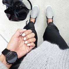 Slip-on grises + slim noir roulotté sur la cheville + maxi sac seau + pull mousseux gris = le bon mix