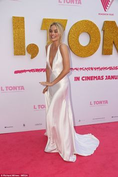 Margot Robbie wears low cut dress at I, Tonya Sydney premiere - Wow factor! The Wolf Of Wall Street Star showcased her cleavage in a plunging satin gown, … - Red Carpet Dresses, Satin Dresses, Elegant Dresses, Pretty Dresses, Beautiful Dresses, Prom Dresses, Club Dresses, Margot Robbie Style, Margo Robbie
