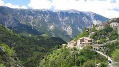 Le village de Brantes et le Mont Ventoux. Côté nord