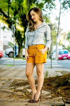 Look com short de chamois e camisa jeans