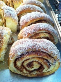 Kanelgifflar No Bake Desserts, Delicious Desserts, Dessert Recipes, Yummy Food, Swedish Recipes, Sweet Recipes, Bagan, Sweet Bread, Food Inspiration