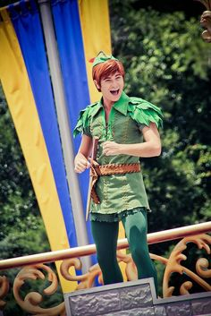 disney world pictures. It's Peter Pan! Peter Pan Kostüm, Peter Pan Play, Peter And Wendy, Holiday Costumes, Family Halloween Costumes, Diy Costumes, Halloween 2018, Diy Peter Pan Costume, Peter Pan Costumes