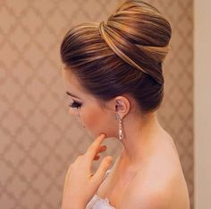 What's the Difference Between a Bun and a Chignon? - How to Do a Chignon Bun – Easy Chignon Hair Tutorial - The Trending Hairstyle Lehenga Hairstyles, Bride Hairstyles, Trendy Hairstyles, Bridesmaid Hair, Prom Hair, Wedding Hair And Makeup, Hair Makeup, Hair Wedding, Wedding Dress