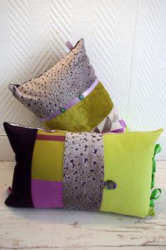 Paire de coussins dans l'esprit bohème réalisés dans un patchwork de tissus d'ameublement de grande qualité recyclés dans les tons de verts acidulés et violets, mauves. Les coussins sont décorés de boutons anciens assortis et de rubans. Dimensions: 47/30cm...