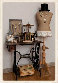 22 Reuse and Recycle Ideas to Create Small Tables with Vintage Sewing Machines Vintage Möbel, die alte Nähmaschinen recyceln Vintage Sewing Rooms, Diy Vintage, Vintage Sewing Notions, Vintage Ideas, Sewing Room Decor, Shabby Vintage, Vintage Style, Sewing Machine Tables, Treadle Sewing Machines