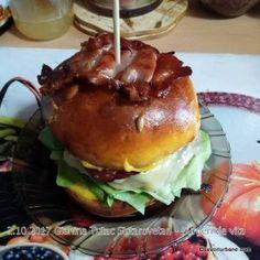 Burger de vita cu branza reteta de cheeseburger de casa | Savori Urbane Bun Burger, Hamburger, Chicken, Ethnic Recipes, Food, Eten, Hamburgers, Meals, Loose Meat Sandwiches