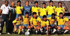 """1990 - Praticamente a mesma usada na Copa de 1986, a camisa só teve alteração na gola - o corte """"V"""" foi mudado, deixando o modelo mais fechado na altura do pescoço. Na imagem, em pé, da esquerda para a direita: Ricardo Rocha, Taffarel, Mauro Galvão, Jorginho, Ricardo Gomes e Branco. Agachados: Bebeto, Careca, Silas, Valdo e Dunga Reprodução/Terceiro Tempo/Placar. In Bol 06/12/2013."""