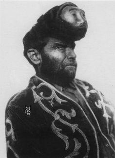 Pascual Piñón o Pasqual Pinon (1889–1929), conocido como El mexicano de dos cabezas, fue un artista circense de principios del siglo XX.  En 1917 captó la atención del dueño del circo Sells-Floto a causa del enorme quiste o tumor que coronaba su frente. Aprovechando la protuberancia de su cabeza, se hizo confeccionar un rostro de cera, con algunos implantes de plata bajo la piel para hacerlo más realista, creando el efecto de que tenía dos cabezas.