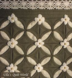 little flowers and beads between Cathedral window blocks. Pattern for the flower and some more nice things to explore! Cathedral Window Quilts, Cathedral Windows, Patchwork Quilting, Applique Quilts, Patch Quilt, Quilt Blocks, Quilting Projects, Quilting Designs, Quilt Patterns