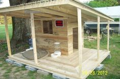 dog houses for multiple dogs Dog Yard, Dog Fence, Big Dogs, Large Dogs, Pallet Dog House, House Dog, Grande Niche, Dog Rooms, Outdoor Dog