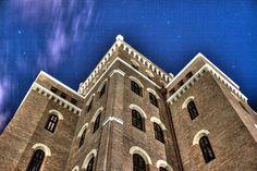 Nachts im Arsenal | Stadtbekannt Wien | Das Wiener Online Magazin Arsenal, Online Magazine, Heart Of Europe, Louvre, Night, Building, Places, Travel, Vienna
