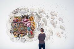 Pour sa série Our Changing Seas III, l'artiste Courtney Mattison a conçu une incroyable installation représentant une barrière de corail en céramique à grande échelle afin célébrer la beauté exotique des récifs coralliens tout en soulignant les menaces auxquelles ils sont confrontés.  Cette installation explore notamment la transition rapide entre des coraux en bonne santé, colorés et diversifiés à des coraux mourants, blanchis suite au changement climatique causé par l'homme. Ses oeuvres...