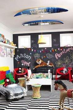 BRINCANDO NO CHÃO | para dar vida ao playroom, invista em pisos coloridos e até em adesivos de chão! Inspire-se! #TecnisaDecor #Playroom #Kids #DiadasCrianças #Inspire-se #Tecnisa Foto: HomeDesigning