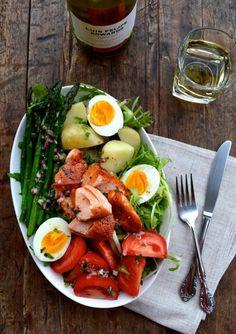 recipe by the Woks of Life nicoise recipe Warm Salmon Salad Nicoise Salat Nicoise, Salmon Nicoise Salad, Salade Nicoise Recipe, Clean Eating, Healthy Eating, Healthy Food, Green Olive Salad, Healthy Breakfast Menu, Breakfast Salad
