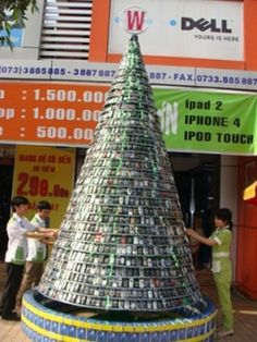 ::Gizfactory:: Cell phone Christmas tree in Vietnam mall uses 2500 old mobile phones to highlight the problem electronic waste. Thanks GREENspot DROPoff for bringing this one to our attention! Old Cell Phones, Old Phone, Mobile Phones, Traditional Christmas Tree, Beautiful Christmas Trees, Christmas Campaign, Christmas 2014, Merry Christmas, Cell Phone Recycling