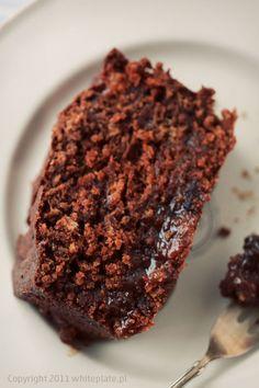 Wilgotny czekoladowy piernik z imbirem i suszonymi śliwkami – White Plate