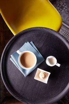 Güzel bir Cafe'de öğle güneşine eşlik eden nefis bir  sütlü kahve ve yanında bademli makaron