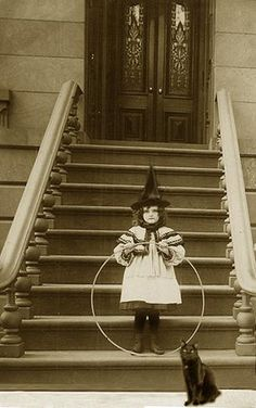 Vintage Halloween photo - Little girl posing in her witch costume holding her toy hoop beside her very fitting black cat. Retro Halloween, Halloween Fotos, Vintage Halloween Photos, Halloween Pictures, Holidays Halloween, Vintage Photos, Halloween Decorations, Halloween Costumes, Witch Costumes