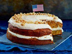 Mehevässä kakkupohjassa on porkkanaa, fariinisokeria ja mausteita. Kakku täytetään ja kuorrutetaan makealla tuorejuustoseoksella.