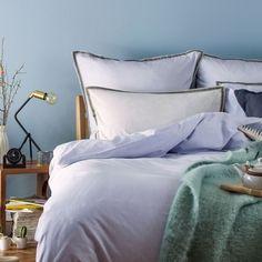 Ein Hoch auf Streifen. Für unsere Perkal-Bettwäsche Izeda verweben unsere Partner in Portugal beste Baumwolle in Dobby-Bindung mit leichter Textur. Ein Hingucker ist das Zierband auf zart gestreiften Grund, das umlaufend am Kissen und an drei Seiten der Bettdecke die Kollektion besonders macht. Ein Kissenbezug mit Einschlag und verdeckte Knöpfe an der Bettdecke dienen als Verschluss.