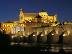 Córdoba es una ciudad andaluza a orillas del río Guadalquivir, muy famosa por su Mezquita-Catedral.