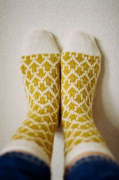 Thanks StyleThrive for this post.Recommended free patterns on Ravelry / Patrons gratuits recommandés sur Ravelry.Knit these Arrow Socks, designed by Makiho Negishi, with Sock-Ease! The arrows would look great in a variegated colorway. Crochet Socks, Knitting Socks, Free Knitting, Knit Crochet, Knit Socks, Start Knitting, Ravelry Crochet, Free Crochet, Knitting Patterns