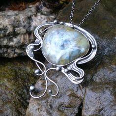 Illusion (opál ) Náhrdelník z výběrového valounkužlutého opálu (původem z Tanzánie) - zdobeno cínem technikou Tiffany. Opál - odstraňuje zábrany,zesiluje city,vyvolává věrnost Šperk je patinován,broušen,leštěn a ošetřen antioxidačním olejem proti povrchovým změnám. Přívěsek o velikosti 6 x 6,5 cm je zavěšen na řetízku v barvě gunmetal se zapínáním na ...