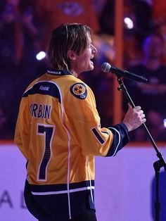Keith Urban sings anthem before Western Conference final Game 3