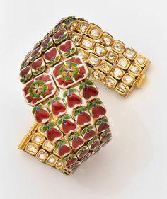 Bracelet large souple réversible en or jaune articulé, composé de quatre rangs de chatons sertis de diamants taille indienne, au centre, deux diamants entourés d'émail vert. Travail des Indes du XXe siècle. Photo Tajan