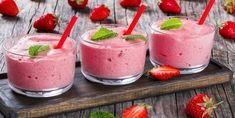 Strawberry Banana Smoothies Cups with straws and mint leaves Chia Smoothie Recipe, Smoothie Cup, Smoothie Recipes, Jell O, Antipasto, Dessert Mousse, Strawberry Banana Smoothie, Banana Smoothies, Biscuit Cake