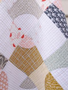 Umbrella Prints Flowers Collection - Drunkard's Path Variation Quilt | Red Pepper Quilts 2015 - love love love the quilting on this!!!!