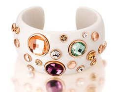 Un bracelet de luxe en viscose blanc orné de cristaux Swarovski de différents couleurs qui vous donnera une allure distinctive. http://www.merveilledebijoux.fr/fr/bracelets/122-bracelet-cristaux-multicolores.html